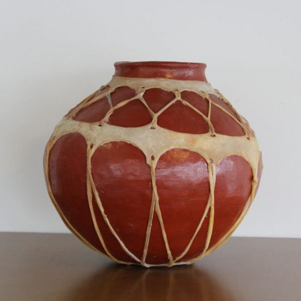 Olla de barro tarahumara con cuero